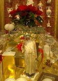 圣诞节典雅的装饰的桌 免版税库存照片
