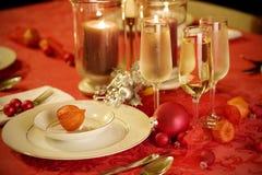 圣诞节典雅的金红色设置表 免版税库存照片