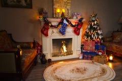 圣诞节内部全景-客厅和装饰的壁炉 免版税库存图片