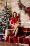 圣诞节内部的美丽的妇女庆祝愉快在背景 免版税库存图片