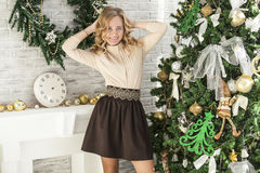 圣诞节内部的美丽的妇女庆祝愉快 免版税库存图片