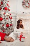 圣诞节内部的美丽的浅黑肤色的男人 典雅的冬天妇女我 免版税库存照片