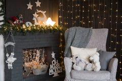 圣诞节内部设计与壁炉和扶手椅子的 库存照片