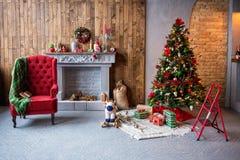 圣诞节内部 有地毯的,礼物, Ch一把舒适的扶手椅子 库存图片