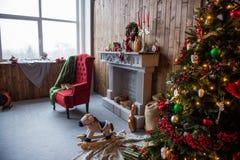 圣诞节内部 有地毯的,礼物, Ch一把舒适的扶手椅子 库存照片