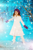 圣诞节冬天树背景的,雪,雪花儿童女孩 免版税库存图片