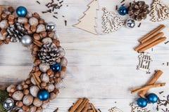 圣诞节冬天框架在一白色木backgr的圣诞节花圈 免版税库存图片