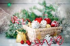 圣诞节冬天背景、圣诞节装饰和云杉的分支在一张木桌上 新年好 快活 免版税库存照片