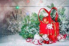 圣诞节冬天背景、圣诞节装饰和云杉的分支在一张木桌上 新年好 快活 免版税库存图片