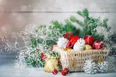 圣诞节冬天背景、圣诞节装饰和云杉的分支在一张木桌上 新年好 快活 库存照片