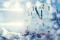圣诞节冬天背景、圣诞节装饰和几小时 新年好 快活的圣诞节 库存照片