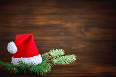 圣诞节冬天背景、用冷杉分支装饰的桌和装饰 新年好 快活的圣诞节 免版税库存图片