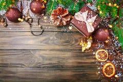 圣诞节冬天背景、用冷杉分支装饰的桌和装饰 新年好 快活的圣诞节 库存照片