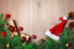 圣诞节冬天背景、用冷杉分支装饰的桌和装饰 新年好 快活的圣诞节 库存图片