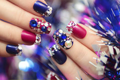 圣诞节冬天蓝色修指甲 免版税库存图片