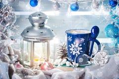圣诞节冬天静物画、圣诞节装饰可可粉和蜡烛 新年好 快活的圣诞节 免版税库存图片