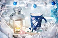 圣诞节冬天静物画、圣诞节装饰可可粉和蜡烛 新年好 快活的圣诞节 库存照片