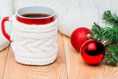 圣诞节冷杉、红色球和一杯茶分支  免版税库存照片