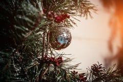 圣诞节冷杉木、弓和玻璃绘了一张新年明信片的设计的玩具 火光拷贝空间 免版税图库摄影