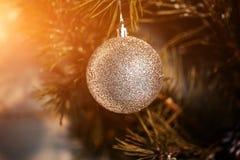圣诞节冷杉木、弓和玻璃绘了一张新年明信片的设计的玩具 火光拷贝空间 免版税库存照片