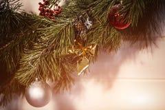 圣诞节冷杉木、弓和玻璃绘了一张新年明信片的设计的玩具 火光拷贝空间 库存照片