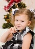 圣诞节冷杉木的女孩。 免版税库存图片