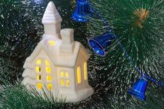 圣诞节冷杉木的美丽的装饰品:有窗口的小屋 免版税库存图片