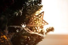圣诞节冷杉木,一张新年明信片的设计的星光 火光拷贝空间 库存照片
