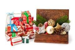 圣诞节冷杉枝杈、玩具和礼物 库存照片