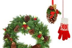 圣诞节冷杉花圈、杉木锥体和手套 免版税库存图片
