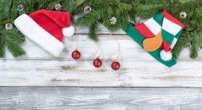 圣诞节冷杉顶面边界分支和传统装饰 免版税库存照片