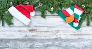 圣诞节冷杉顶面边界分支和在鲁斯的圣诞老人帽子 库存照片