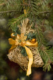 圣诞节减速火箭的丝带玩具 免版税库存图片