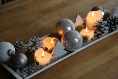 圣诞节出现和舒适afrernoons的桌装饰 图库摄影
