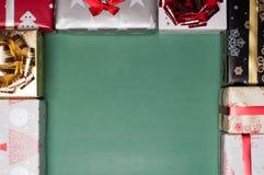 圣诞节创造在织地不很细背景的礼物盒一个框架 免版税库存图片
