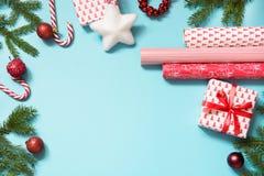 圣诞节创造性的礼物盒包裹与红色丝带和在蓝色组成的工作区 平的位置 顶视图 免版税库存图片