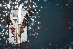 圣诞节利器和桌餐位餐具,假日复制定调子背景的空间彩色小灯 免版税库存图片