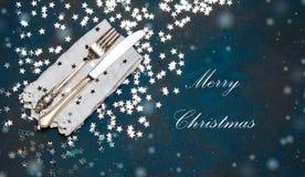 圣诞节利器和桌餐位餐具,假日复制定调子背景的空间彩色小灯 库存图片