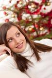 圣诞节前微笑的结构树妇女年轻人 免版税库存图片
