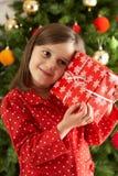 圣诞节前礼品女孩藏品结构树年轻人 库存照片