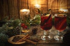 圣诞节加香料的热葡萄酒用在土气木背景的香料 免版税库存照片