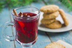 圣诞节加香料的热葡萄酒用在木背景的曲奇饼 库存照片