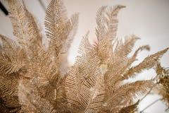 圣诞节包括闪烁的金黄叶子的装饰元素 免版税库存照片