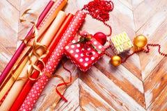 圣诞节包装纸劳斯与丝带、礼物和蒴的 库存照片
