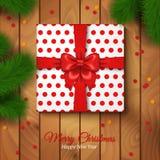 圣诞节包裹与红色弓和圆点纸的礼物盒 免版税库存图片