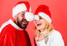 圣诞节化妆舞会karnival概念 夫妇快乐的面孔庆祝圣诞节 有胡子和妇女圣诞老人帽子红色的人 免版税库存照片