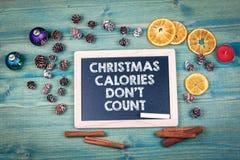 圣诞节卡路里唐` t计数 背景上色节假日红色黄色 装饰品和装饰在一张木桌上 库存图片