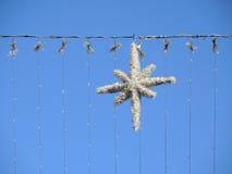 圣诞节反对天空的街道装饰 库存图片
