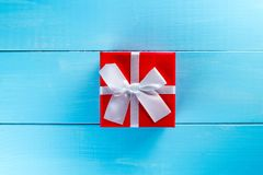 圣诞节反对蓝色木背景的礼物盒 3d美国看板卡上色展开标志问候节假日信函国民形状范围 平的位置 库存照片