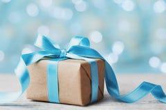 圣诞节反对蓝色bokeh背景的礼物盒 3d美国看板卡上色展开标志问候节假日信函国民形状范围 免版税库存图片